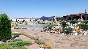 Вид готовой солнечной электростанции на территории участка.
