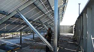 Тыльная сторона металлоконструкции после установки солнечных панелей.