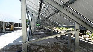 Стальная ферма с солнечными батареями.