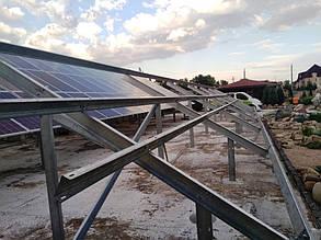 Установка солнечных панелей на наземную систему креплений.