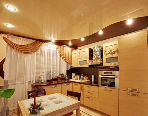 Гленцевый потолок кухня