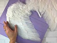 На резинке белые маленькие перьевые крылья для карнавала, маскарада, утренника 40*37