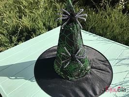Стильная шляпа ведьмочки с двумя паучками зеленая на Хэллоуин, маскарад