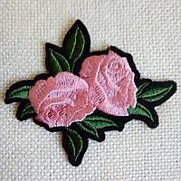 """Нашивка """"Роза розовая 2 бутона"""" на черном фоне, 63х77 мм."""