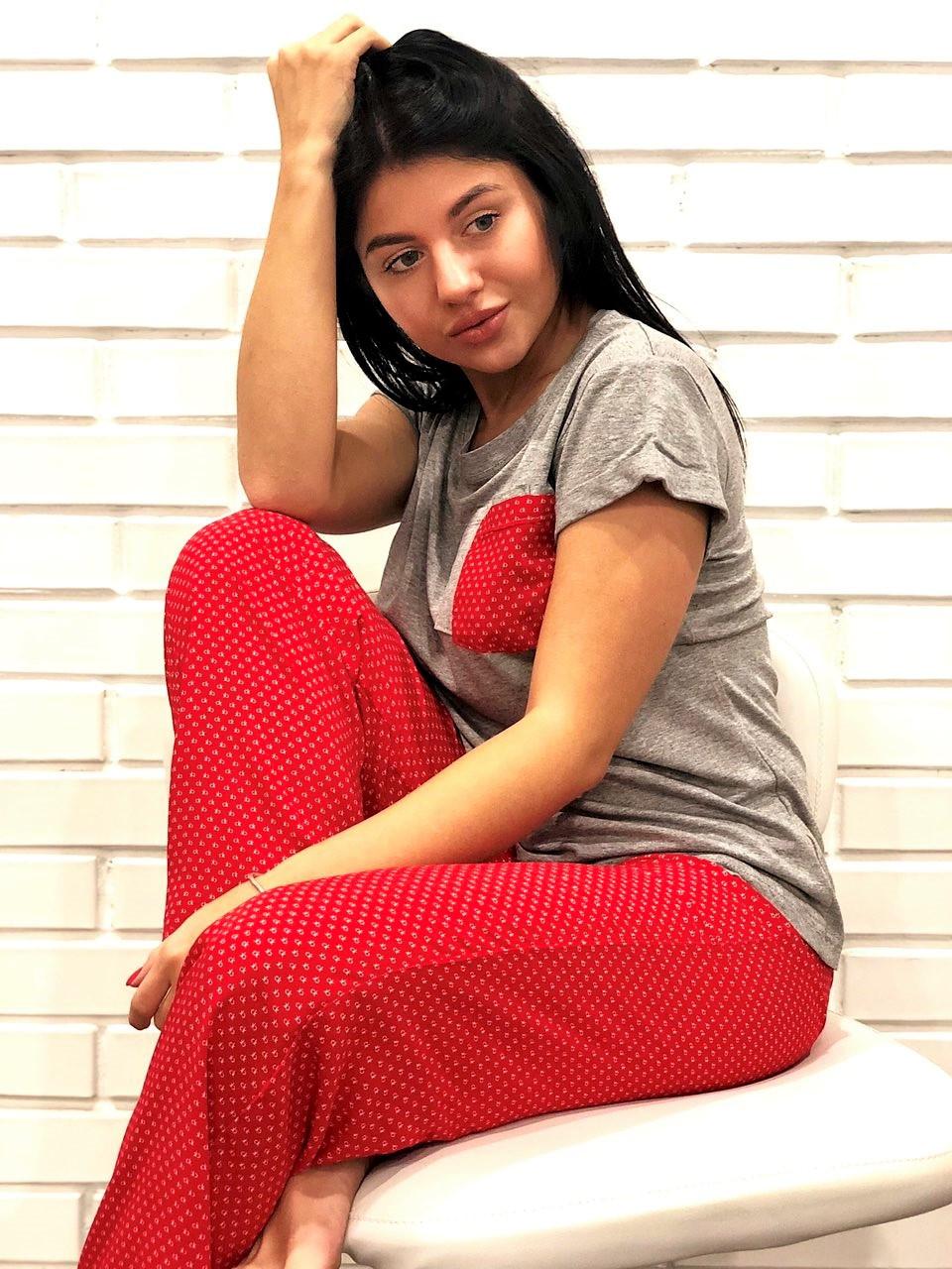 Вискозная серая футболка с коротким рукавом и красные штаны