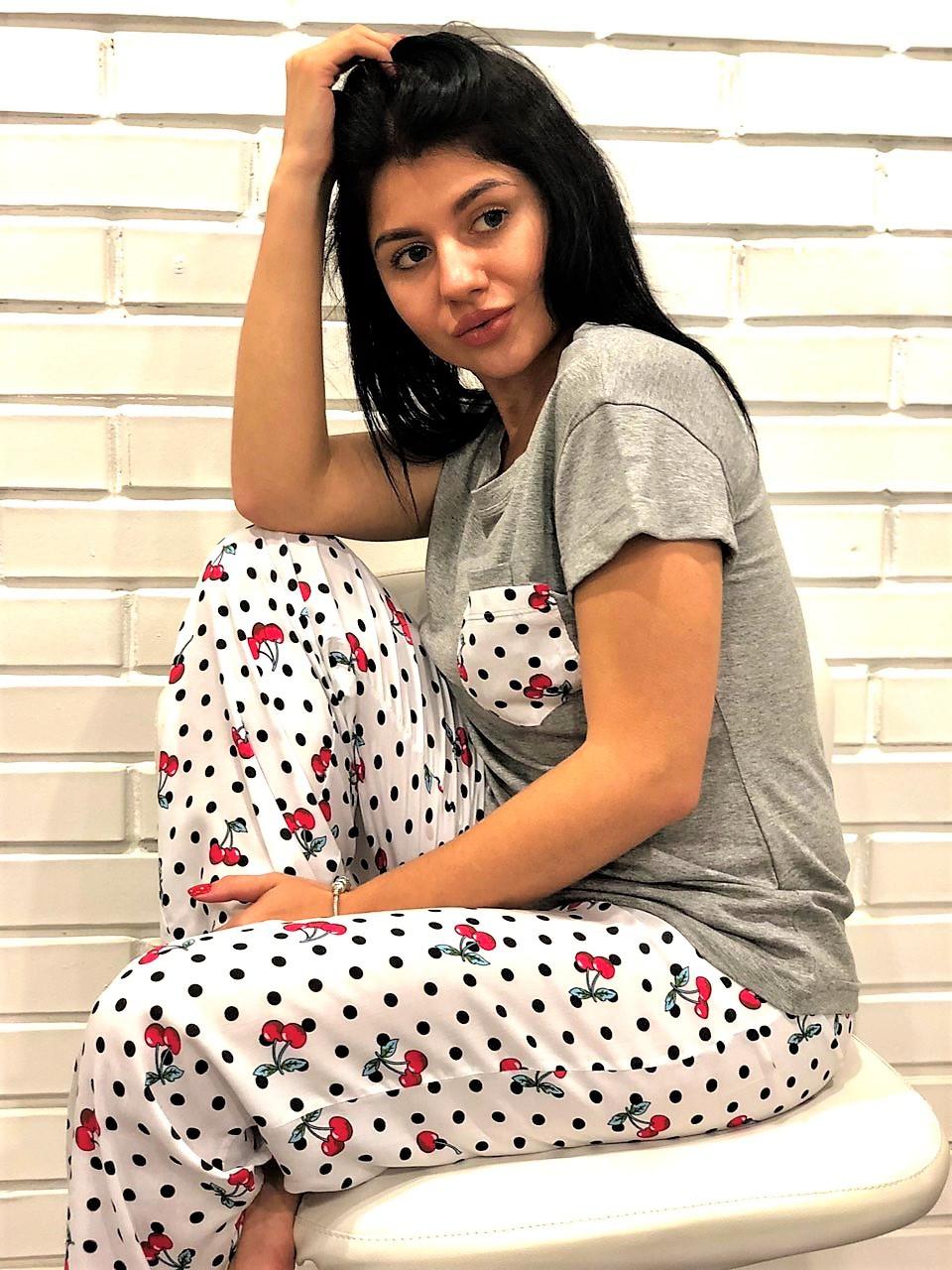 Штани і футболка - піжама з малюнком.