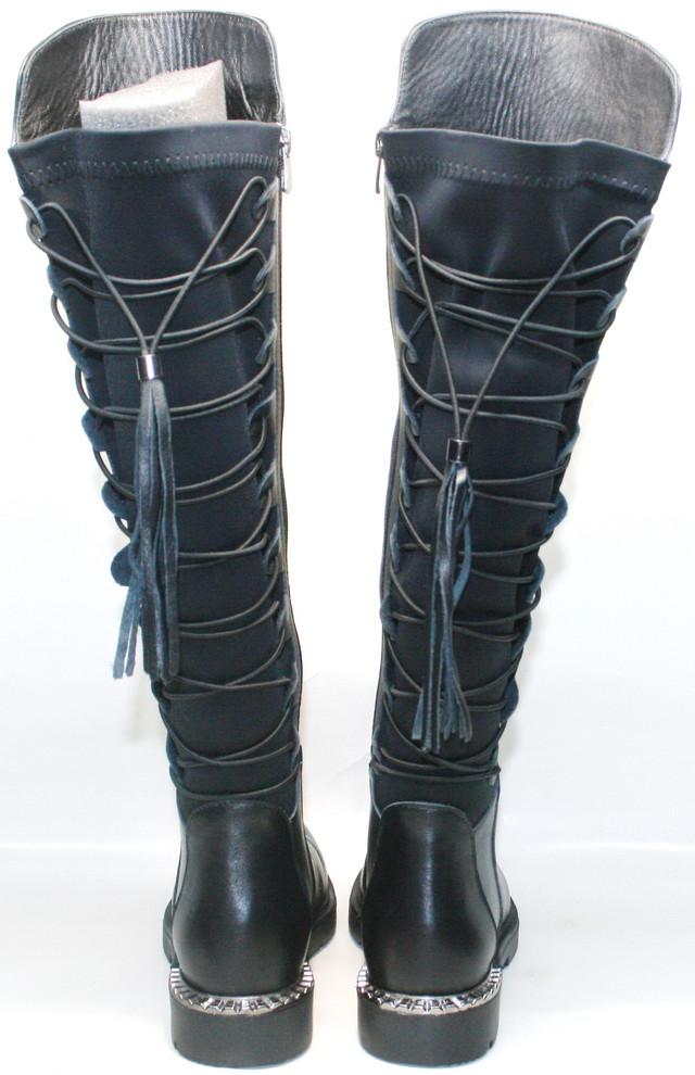 Сзади на голенище шнуровка с резинкой, что переходит в кожаную кисточку. Подкладка и стелька шерстяные. С внутренней стороны молния.