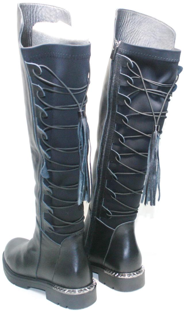 Смотрится ярко и модно. Утеплитель внутри сохранит ножки в тепле, не даст продрогнуть в осенне - весеннюю слякоть. Стрейтчевая вставка плотно закрепит черные сапожки с учетом особенностей анатомии ноги.