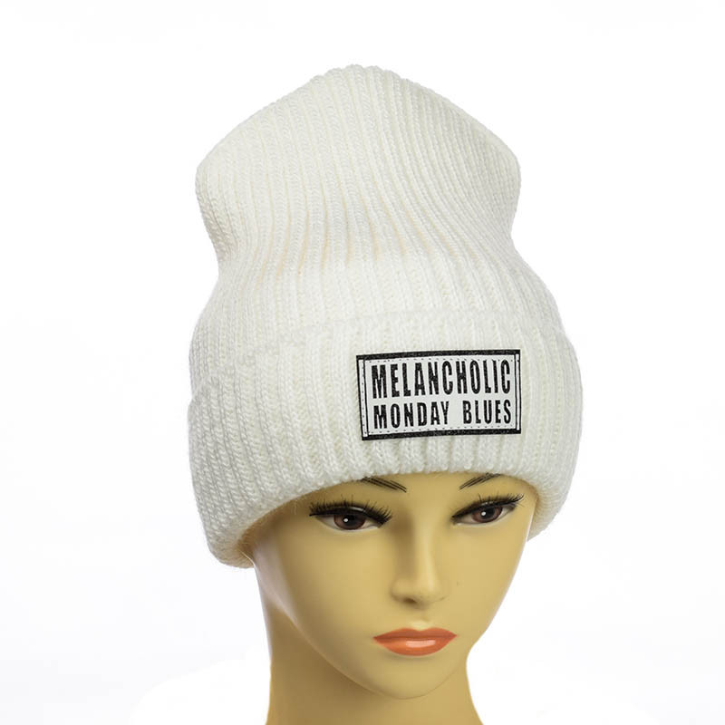 Молодежная шапка с патчем белый