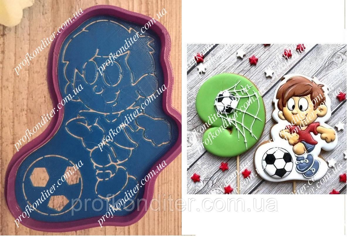 Набір Футболіст з м'ячем - пластикова вирубка + трафарет, висота 11см