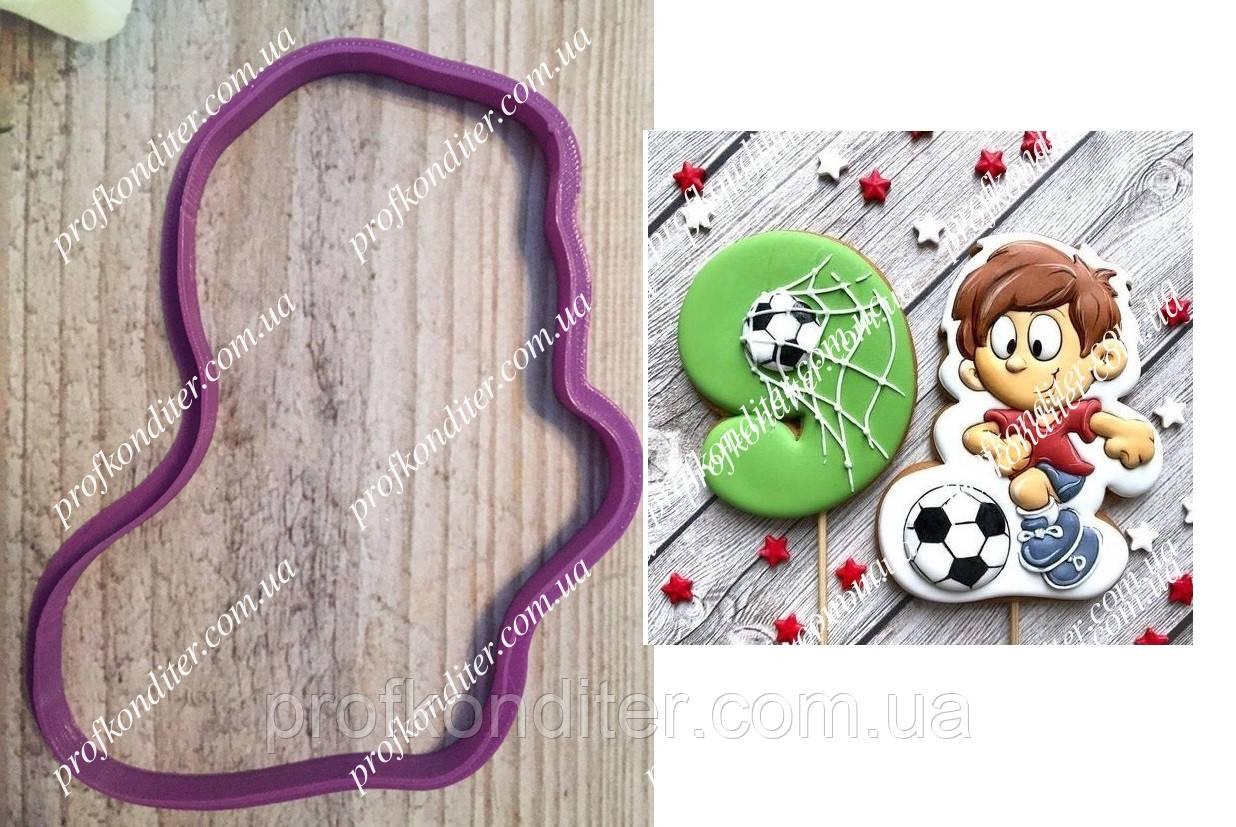 Пластикова вирубка Футболіст з м'ячем, висота 11см