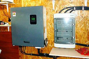 """Солнечный инвертор """"Альтек"""" мощностью 15 кВт, установленный в помещении."""