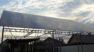 Ближний вид массива солнечных батарей.