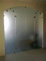 Стеклянные перегородки с дверьми