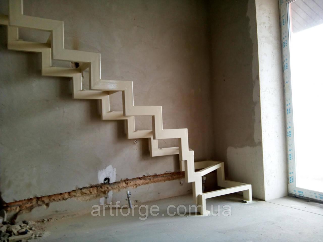 Поворотный каркас лестницы на ломаных косоурах с забежными ступенями