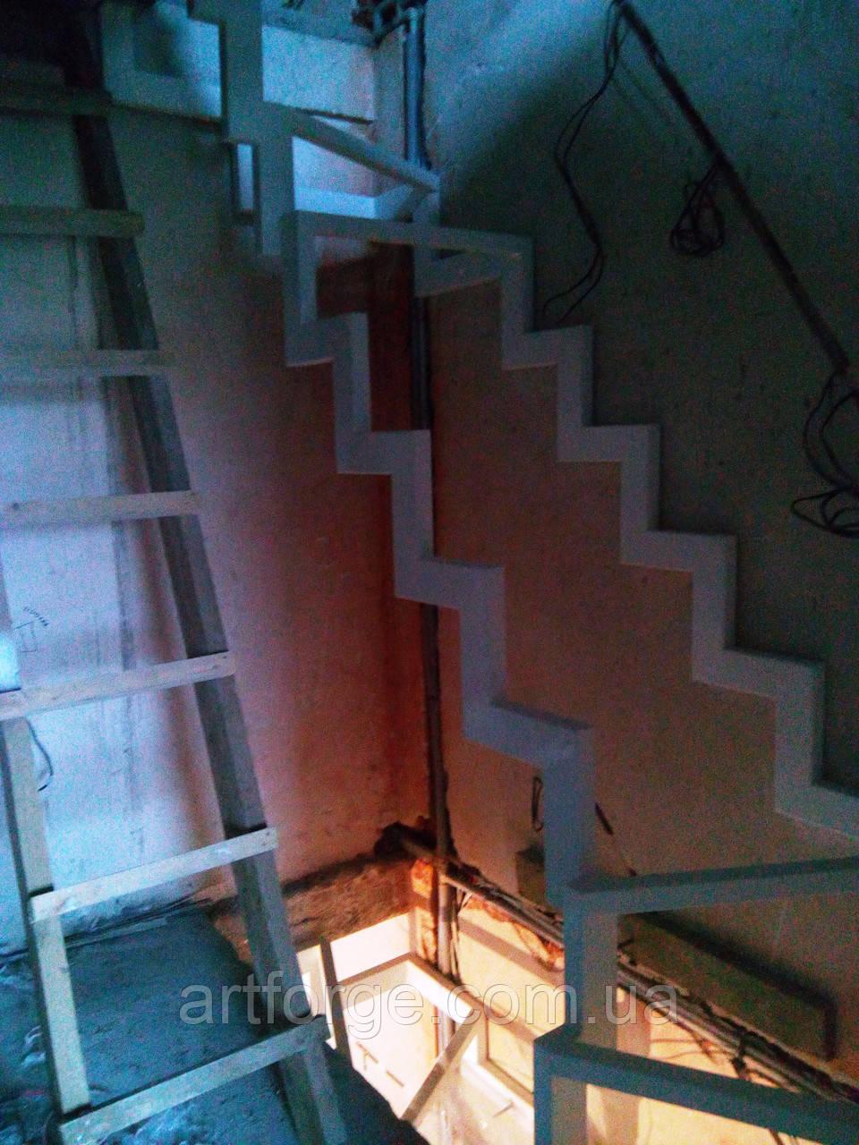 Каркас лестницы на ломаных косоурах