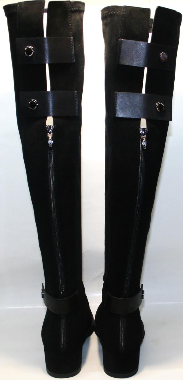Черные ботфорты сочетаются с узкими джинсами, не сильно коротким платьем, шортами, юбкой и другой одеждой. Это обувь, которая поможет создать ни один индивидуальный образ на осень и раннюю зиму.