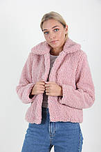 Женская короткая шуба в розовом цвете