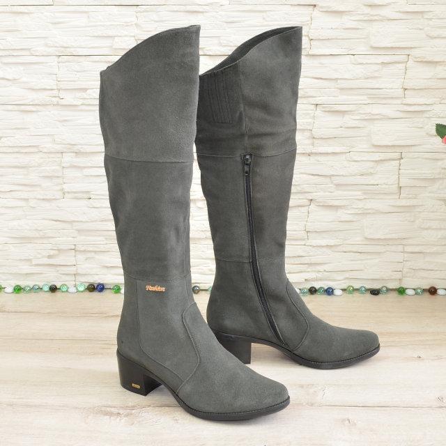 Женские демисезонные ботфорты на невысоком каблуке, из натуральной замши серого цвета