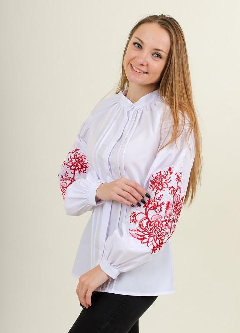 Праздничная вышитая блуза в белом цвете и красным орнаментом