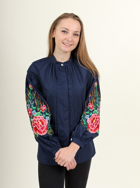 Женская вышитая блуза темно-синяя застегивается на пуговицы