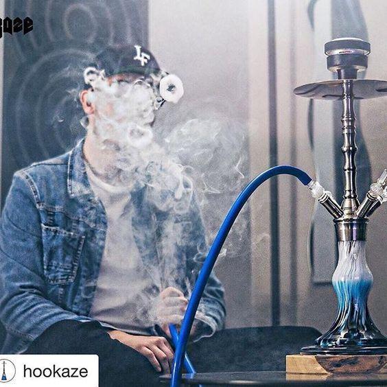 парень курит много дыма