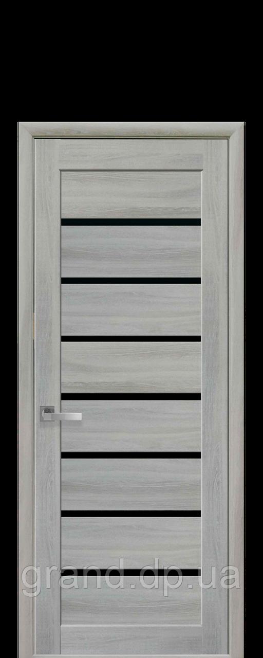 Дверь Леона Новый стиль экошпон с черным стеклом, цвет ясень патина