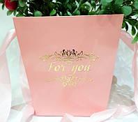 """Пакет- коробка""""Трапеция"""" для цветов  """"Розовая с тиснением"""""""