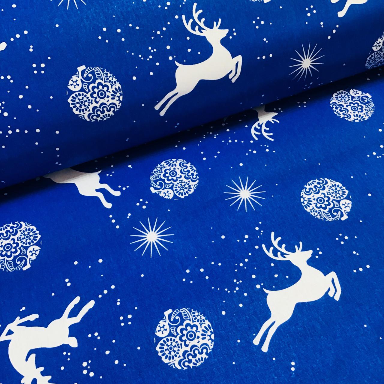 Ткань новогодняя хлопковая, белые олени и игрушки на синем