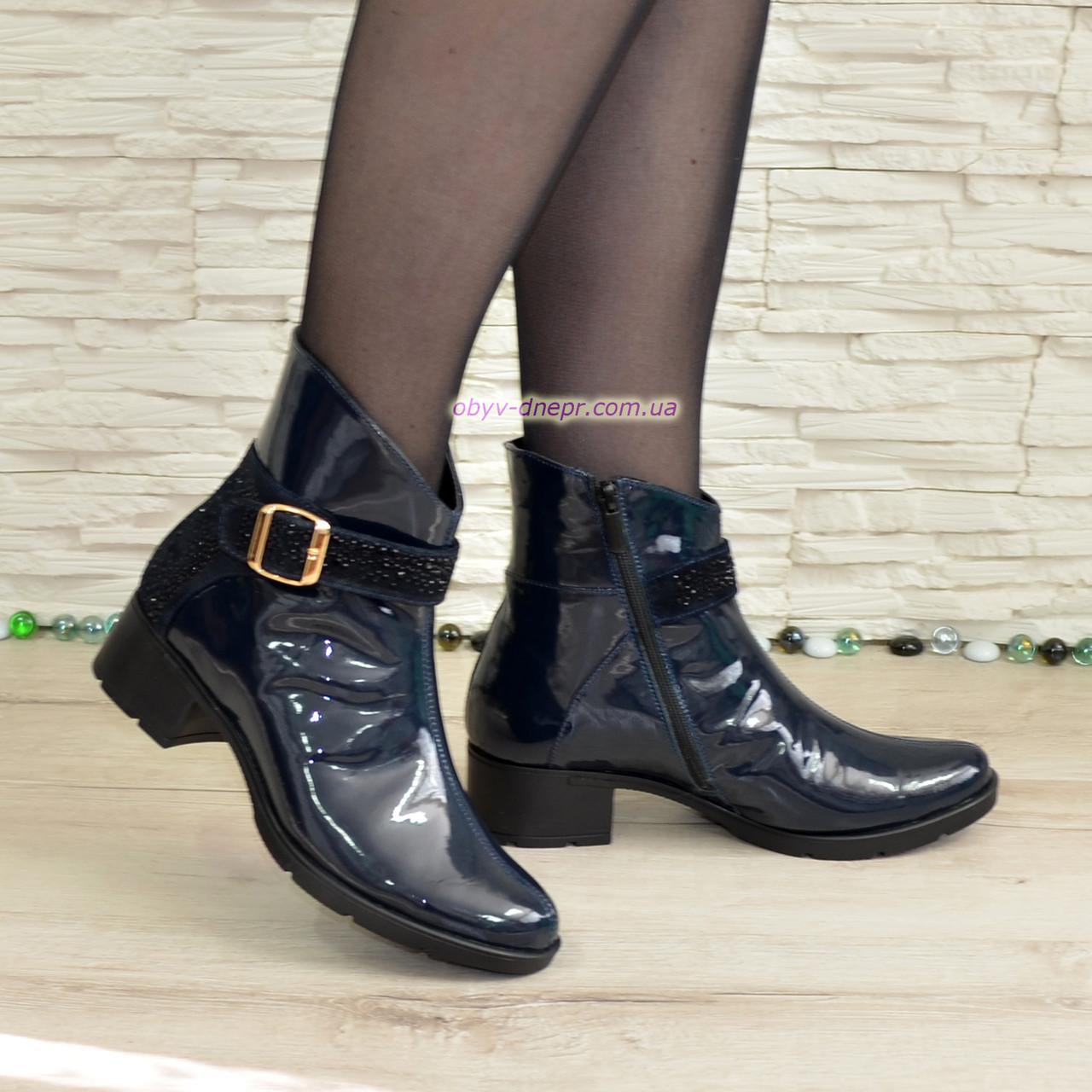 4c6b78cfa Стильные женские демисезонные ботинки, из лаковой синей кожи, декорированы  стразами.
