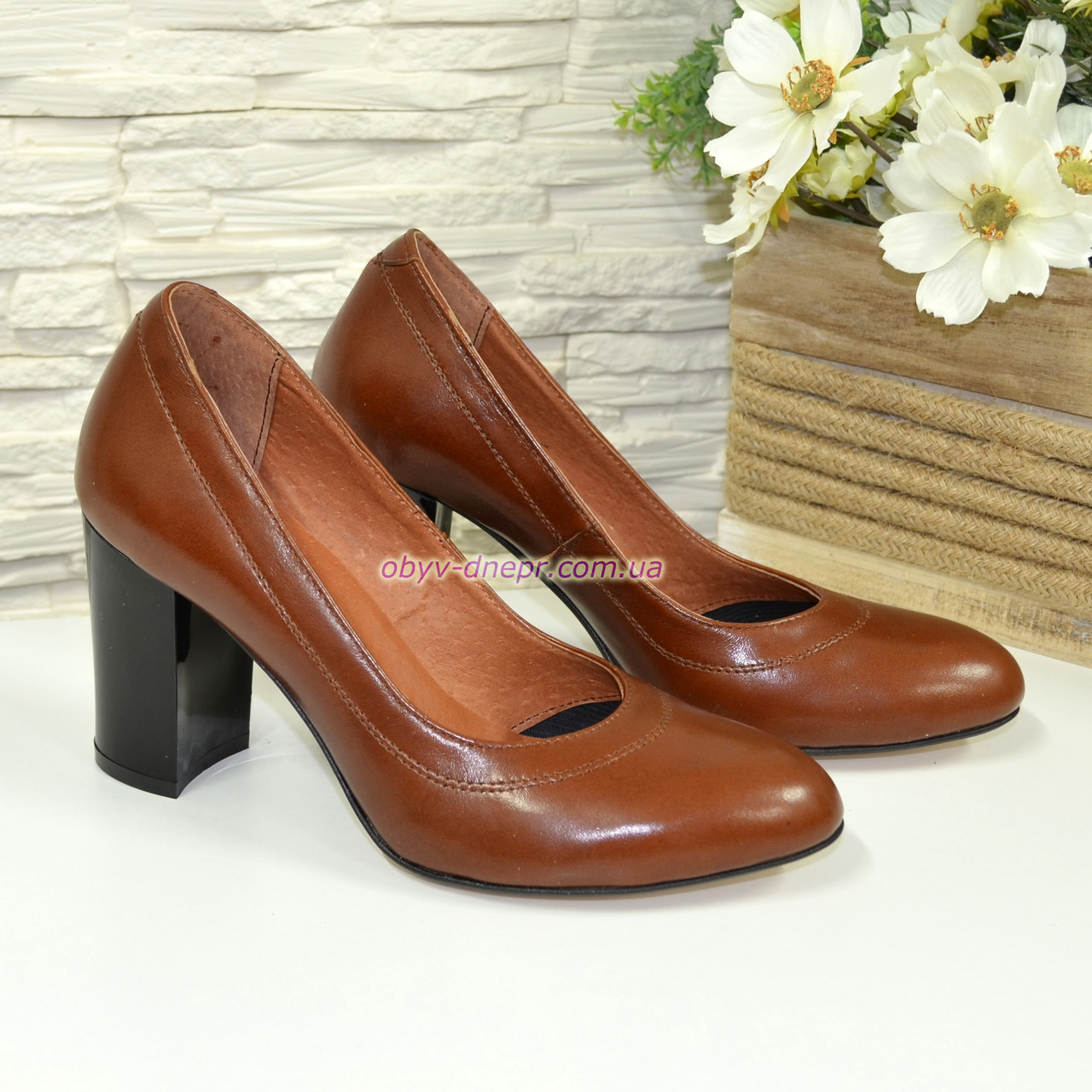 Кожаные женские туфли рыжего цвета на устойчивом высоком каблуке.