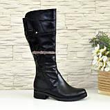 Кожаные женские зимние сапоги на невысоком каблуке, декорированы ремешком, фото 2
