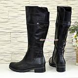 Кожаные женские зимние сапоги на невысоком каблуке, декорированы ремешком, фото 3