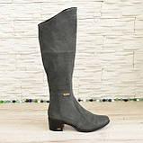 Женские зимние ботфорты на невысоком каблуке, из натуральной замши серого цвета, фото 2