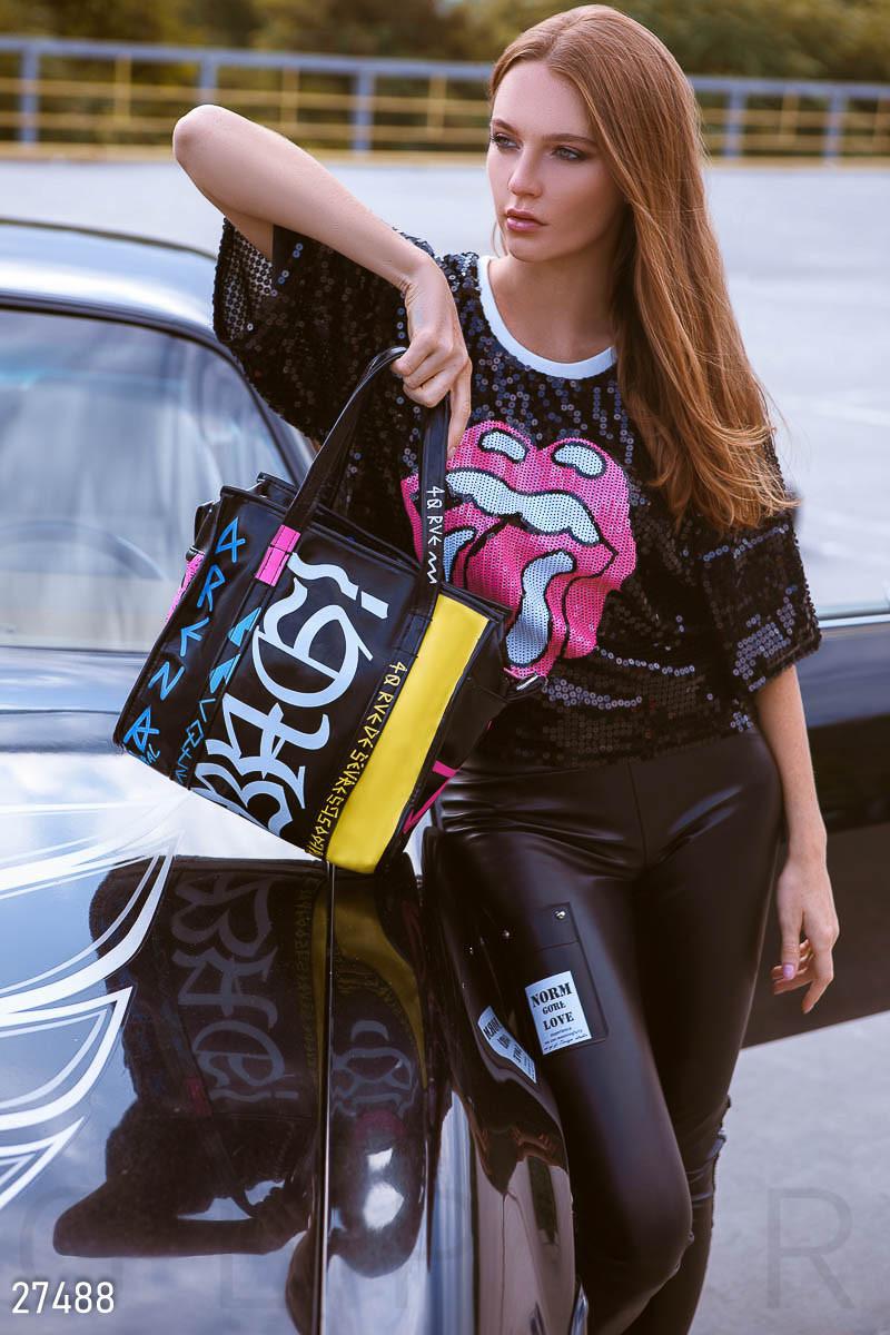 Черная сумка из искусственной кожи с яркими надписями