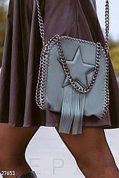 Небольшая серая сумочка с декором и бахромой