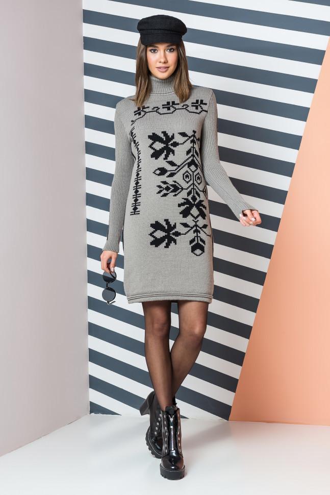Вязаное платье красивого цвета капучино