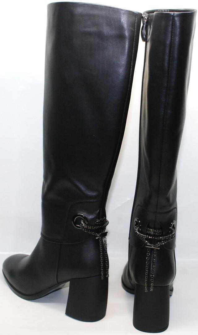 Толстый 7,5-сантиметровый каблук делает ножки стройнее, а походку женственной. Выгодно подчеркивает достоинства фигуры. При этом удобный и устойчивый.