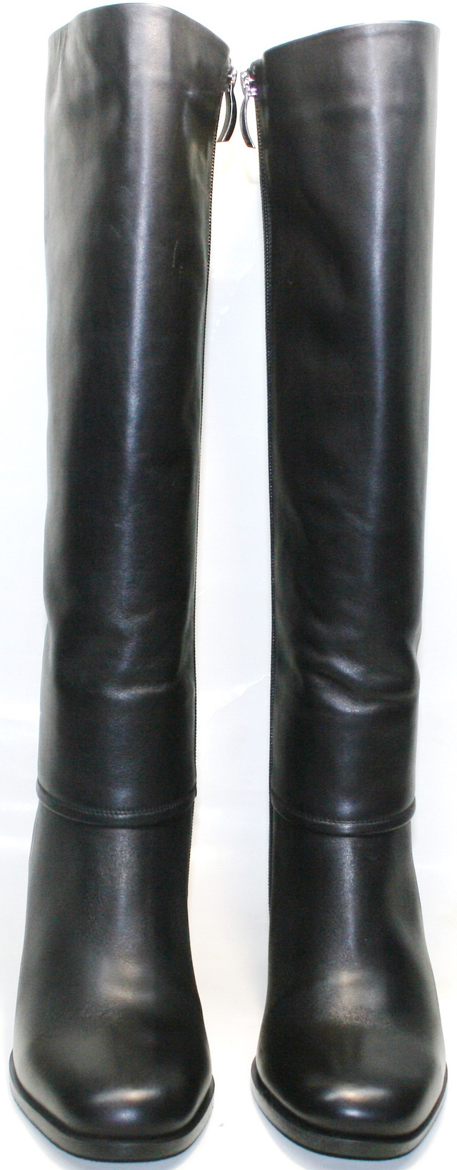 Черные кожаные сапоги одевают под джинсы, юбки и платья - сочетаются с одеждой большинства стилей.