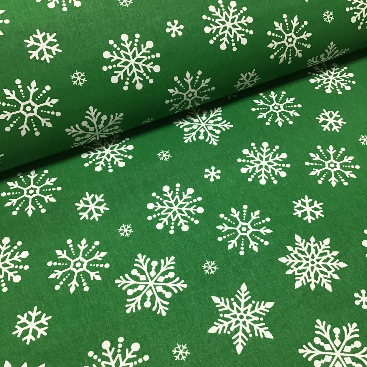 Ткань хлопковая новогодняя, белые крупные снежинки на зеленом
