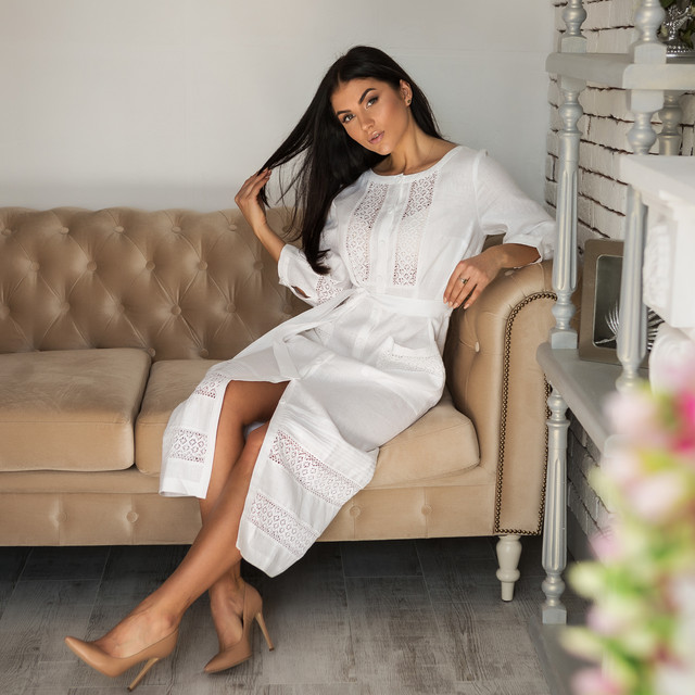 Женское белое льняное платье с кружевом