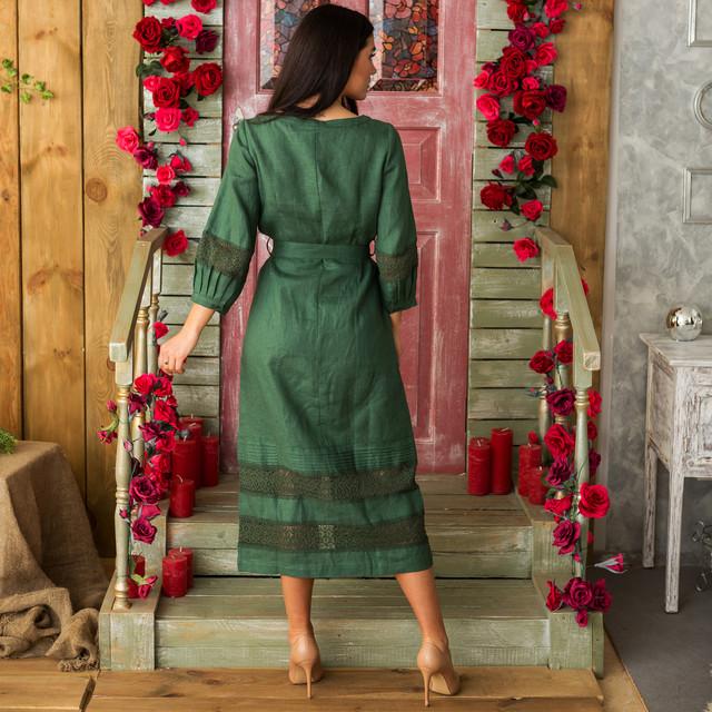 Женское льняное платье с кружевом изумруд