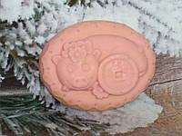 Розовое натуральное мыло хрюша с монетой счастья, ручная работа. Вес 80 г. Нужный презент родным в сочельник.