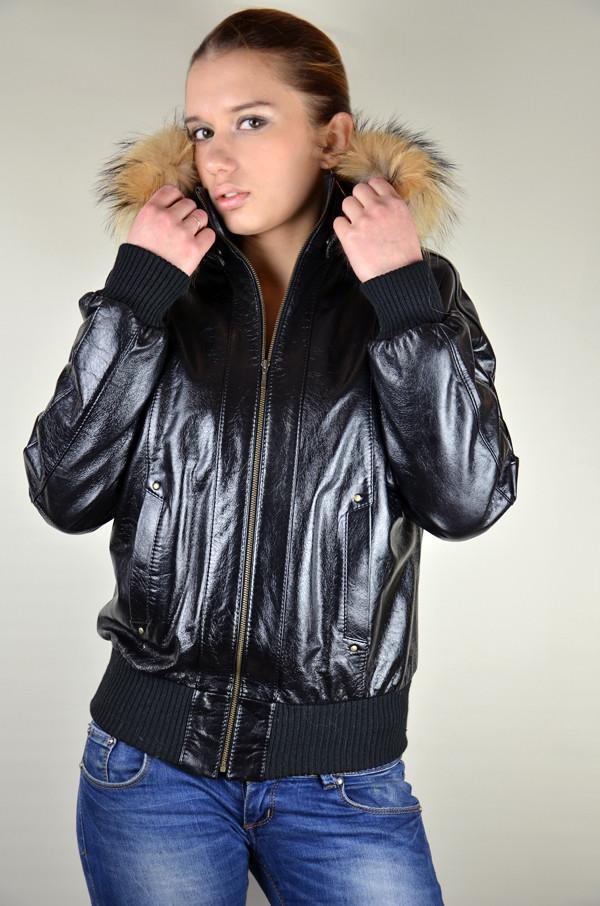 Утепленная кожаная куртка с капюшоном