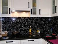 Фартук из стекла на рабочую стенку кухни с узором
