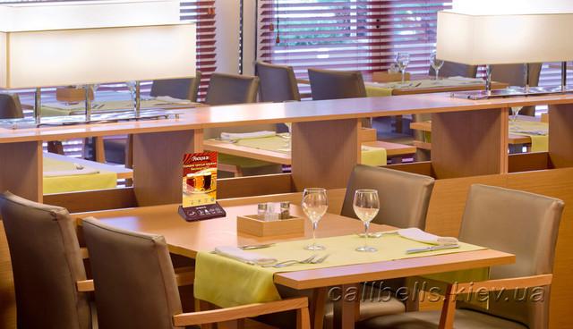 фото размещение брошуры с акцией на столе в кафе + система вызова персонала RECS
