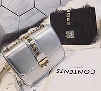 Серебристая лаковая сумка
