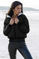 Зимняя женская куртка с капюшоном черного цвета