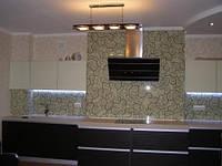 стеновая панель для кухни из стекла, или т.н. фартук из стекла для кухни. Стекло каленое 6мм толщиной. Кромка стекла полированая. В стекле сделаны отверстия под розетки.
