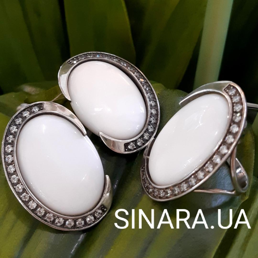Серебряный комплект: серьги и кольцо с белым кахолонгом и фианитами